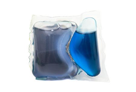 sachets: detalle de un mont�n de bolsitas de detergente de lavander�a l�quido sobre un fondo blanco