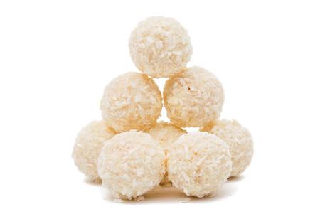 白いチョコレート ・ キャンディ ホワイト バック グラウンドにココナッツをトッピングに