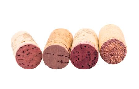 corcho: corchos de vino aislado en un fondo blanco