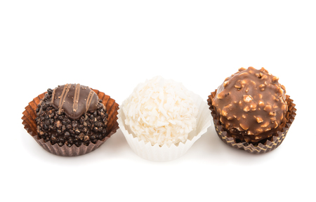 truffe blanche: Truffle candy sur un fond blanc