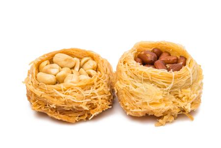 comida arabe: baklava con nueces aislado en un fondo blanco Foto de archivo