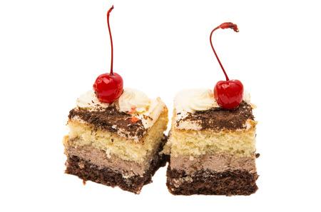 porcion de torta: un trozo de bizcocho aislado sobre fondo blanco