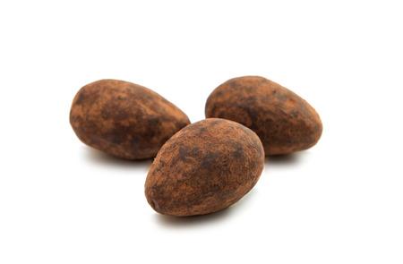 truffe blanche: truffe avec des noix sur un fond blanc