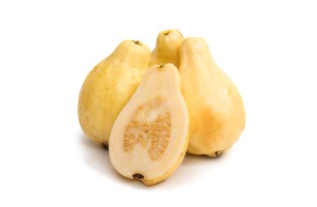 ovalo: amarillo fruta de guayaba aislado sobre fondo blanco