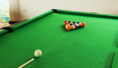 Composition des boules de billard sur le vert table de billard