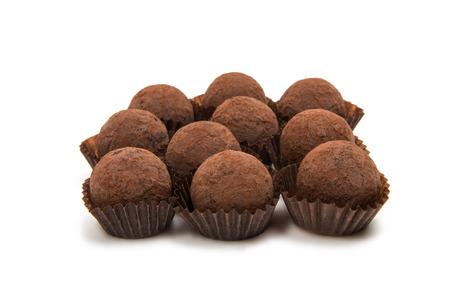 chocoladetruffels op een witte achtergrond