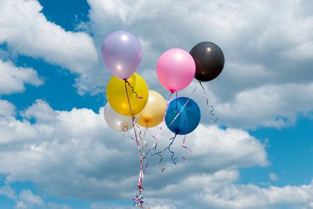 globos de colores contra el cielo Foto de archivo