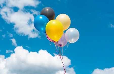 globos de colores contra el cielo