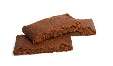 Schokoladenbiskuitkuchen isoliert auf weißem Hintergrund Standard-Bild