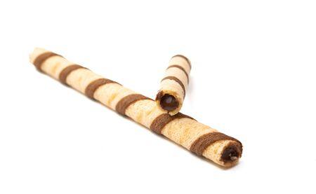 Rollo de obleas de chocolate aislado sobre fondo blanco. Foto de archivo