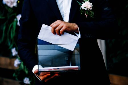 wedding collecting of money envelops Banque d'images - 131884333
