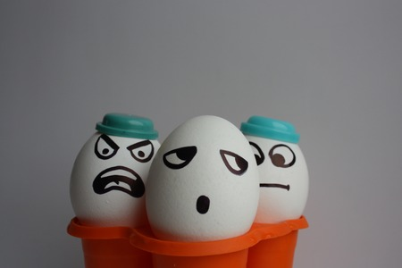 pareja comiendo: Huevos con una cara linda. Foto para su diseño. tres huevos. Concepto: insulto Foto de archivo