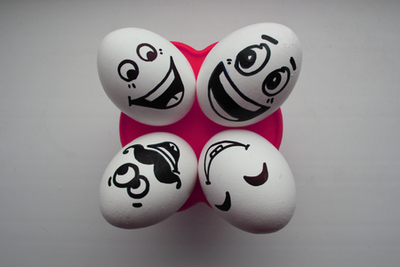 pareja comiendo: Eggs with a cute face. Photo for your design. Four eggs lie and look up. Concept: flirting