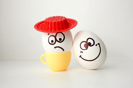 Un huevo con una cara. Divertido y dulce. TRISTE EN EL SOMBRERO. AMIGO. EL AMOR ES TRISTE Y AMIGO FELIZ. SORPRESAS DE AMISTAD. Foto para su diseño.