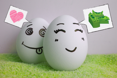 pareja comiendo: Eggs are cheerful with a face.