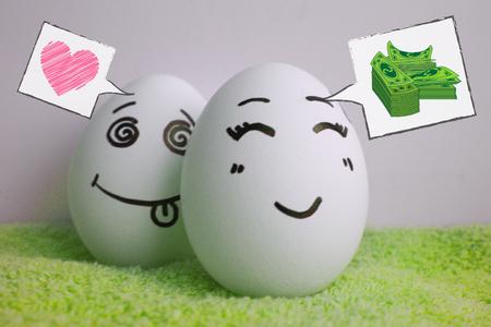 Los huevos son alegres con una cara.
