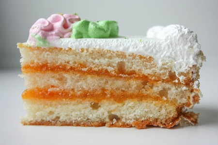 porcion de torta: Pedazo de la torta con la flor rosada.
