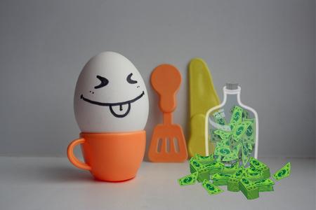 卵顔。早めの朝食のコンセプトです。以前の目覚め。おはようございます幸せ。あなたのデザインのための写真。ガラス銀行のドル。セキュリティ 写真素材
