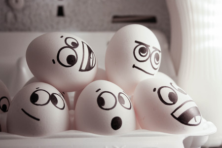 Kühlschrank Ei : Frau legt eiern im kühlschrank u stockvideo rul let