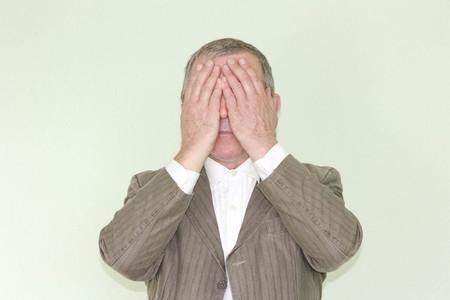 Concepto comercial de ceguera. Ignorancia de qué hacer. falta de experiencia. El hombre está cerrado con los indicadores. Foto para su diseño
