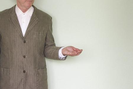 ビジネス ヘルプ コンセプト。あなたのデザインのための写真。ジャケットに男を脇に押し、彼の手のひらを保持します。