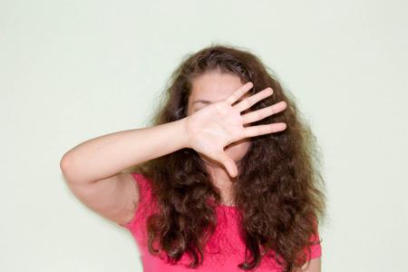 売り上げ高、広告の概念。銘刻文字の下に置きます。赤い巻き毛の少女。あなたのデザインのための写真。1 つの手の手のひらで顔を覆う