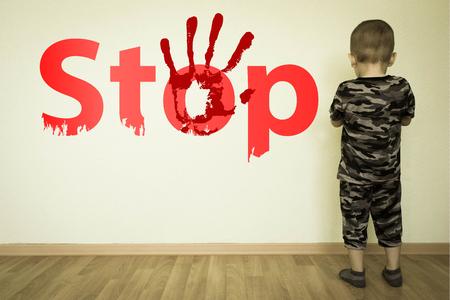 가족 개념에서 아동 학대를 중단하십시오. 소년과 벽에 비문입니다. 디자인을위한 사진