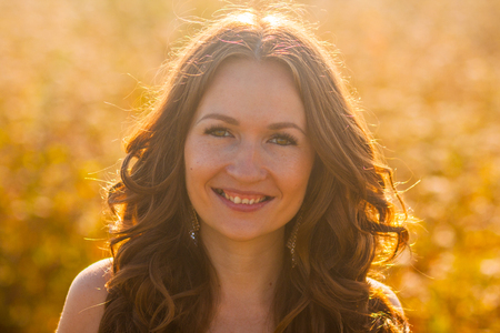 女の子は肖像画を微笑んでいます。晴れた日の夏 写真素材