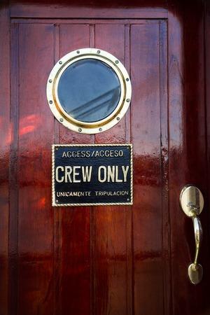 caoba: cabina de la nave de caoba puerta roja con ojos de buey