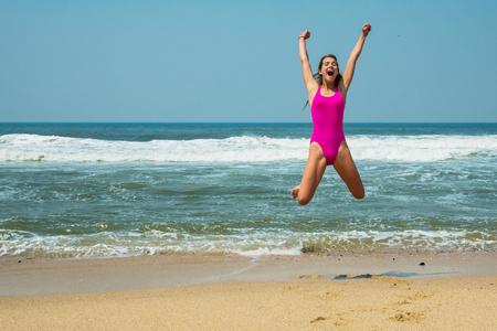 스포츠 소녀 - 십 대 바다의 배경에 핑크 수영복에. 대서양. 포르투, 포르투갈 스톡 콘텐츠
