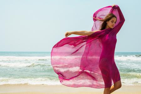 Sport Mädchen-Teenager in einem rosa Badeanzug auf Hintergrund des Ozeans. Atlantischer Ozean. Porto, Portugal Standard-Bild - 78034805