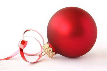 glas bal: Red Christmas bal met een tape Stockfoto