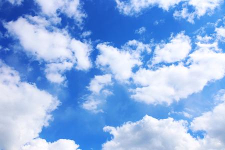 Blauwe hemelachtergrond met witte wolken. Wolken met blauwe lucht. Wolken achtergrond.