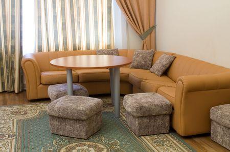 Sofa y mesa redonda en la suite  Foto de archivo - 3245245