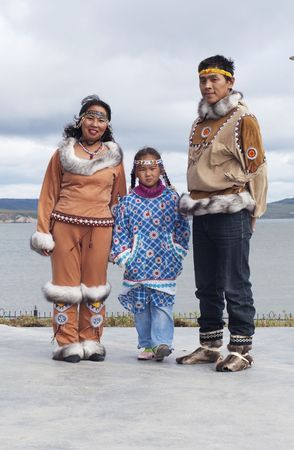 esquimal: Familia de Chukchi vestido folk