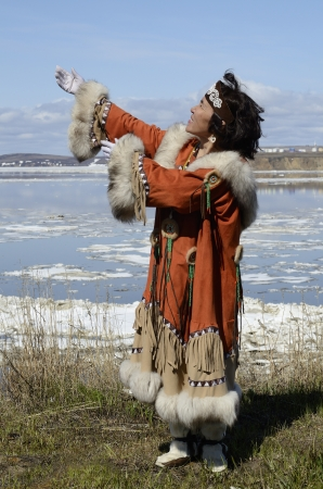 esquimal: Dancing Chukchi mujer en traje popular