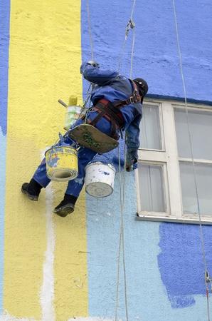 pintora: Pintores de casas pintar la fachada de edificio Foto de archivo