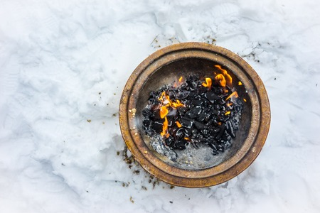 Fire bowl heating in a cold snowy winter. Banco de Imagens
