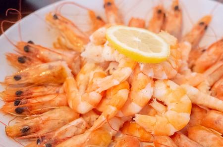 Fresh fried king prawns with sliced lemon on a plate Stok Fotoğraf