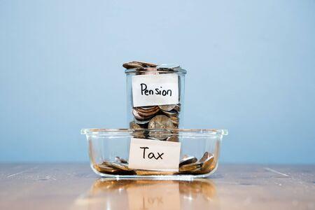 Pagare tasse elevate ingiuste sul risparmio pensionistico Archivio Fotografico