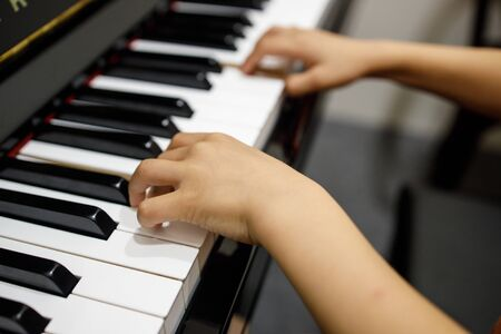 Two little childrens hand playing the piano. Stockfoto - 130417574