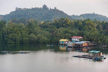 Wooden Houses Seen at the Riverside of Mengkabong River, Kota Kinabalu Stockfoto