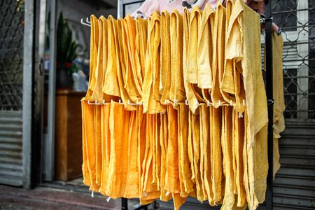 Towels Are Left to Dry Outside an Old Hairdresser Shop Stockfoto