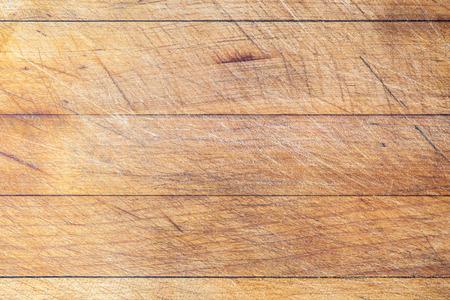 lineas horizontales: Fondo de la tarjeta de corte de madera usada áspera con líneas horizontales y las huellas de corte