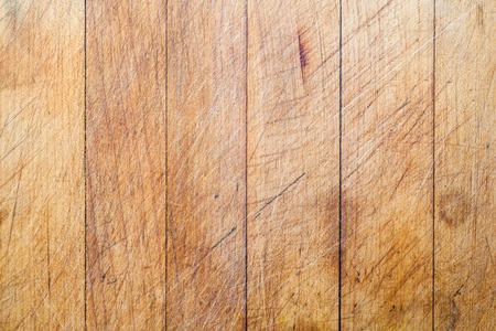 vertical lines: Fondo de la tarjeta de corte de madera usada �spera con l�neas verticales y las huellas de corte Foto de archivo