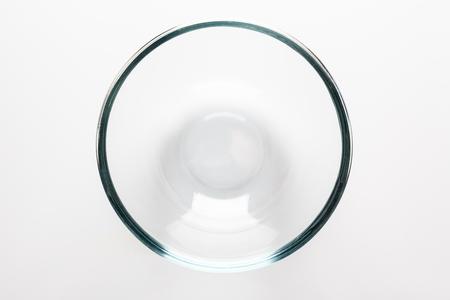 vidrio: Taz�n de vidrio transparente sobre fondo blanco directamente desde arriba