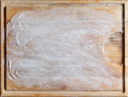harina: rectangular de madera en bruto utilizados corte fondo de la tarjeta con la harina directamente desde arriba Foto de archivo