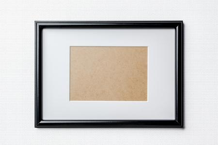 Schwarz schlicht leer dünnen Holzbilderrahmen mit weißen Matte Passepartouts auf weißem Hintergrund Ziegel Standard-Bild