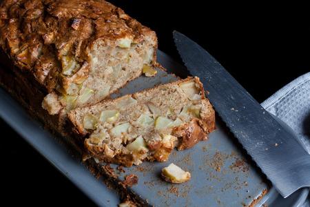 cuchillo de cocina: tarta de manzana en rodajas y el soporte del plato gris cuchillo de cocina en negro desde el ángulo alto