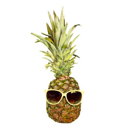 Fruta de piña divertida en gafas de sol aisladas en blanco. Carácter de humor de verano tropical